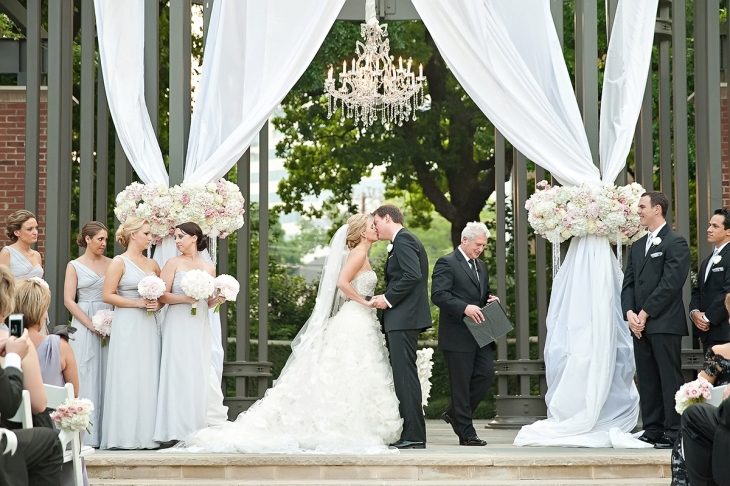 photo_moment_white_first_kis_bride_and_groom_wedding_party