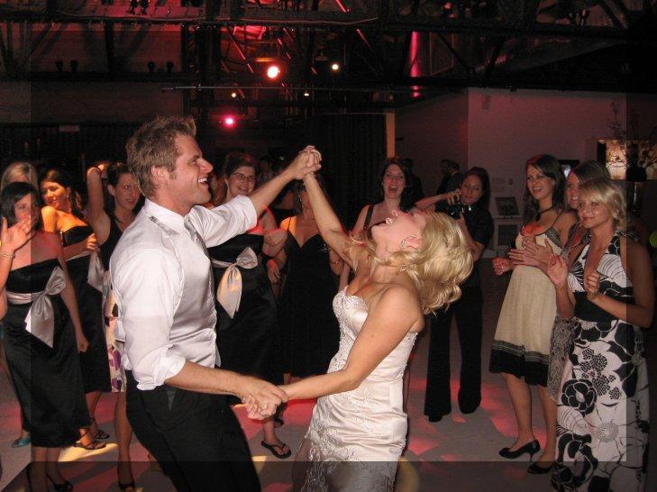 happy_bride_and_groom-20381