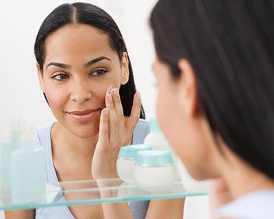 daily-glow-oily-skin-mistakes-woman-applying-moisturizer