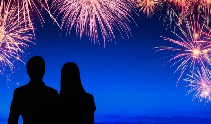 couple-watching-fireworks-date-ideas-e1415923921836