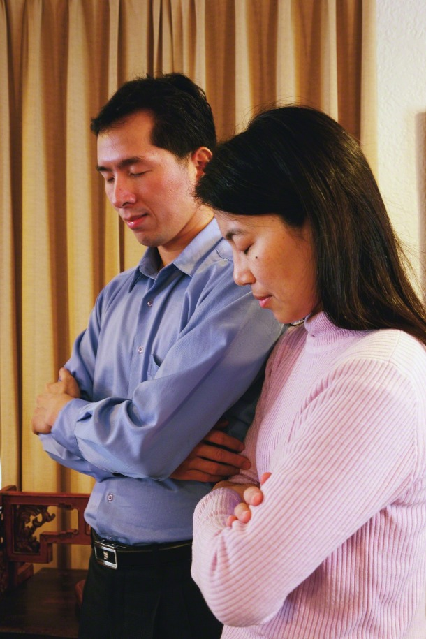 chinese-couple-praying-together-279060-wallpaper