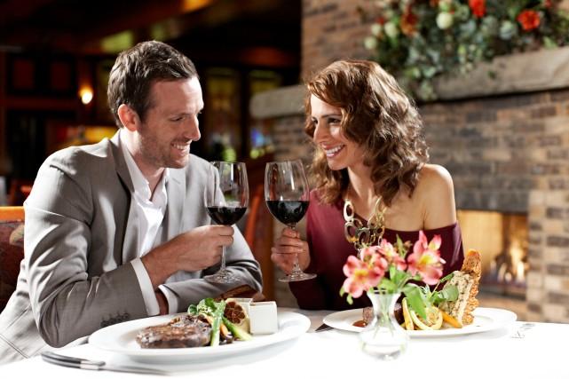 greatoaksteakhouse-couple-dining