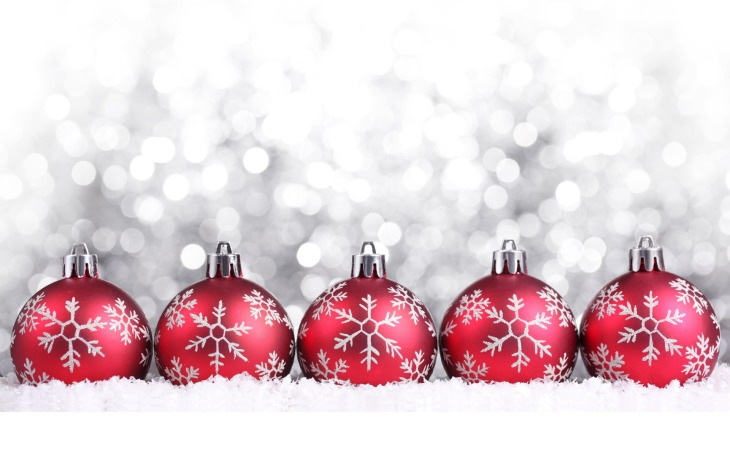christmas_wallpapers_red_christmas_balls_on_christmas__silver_background_052972_