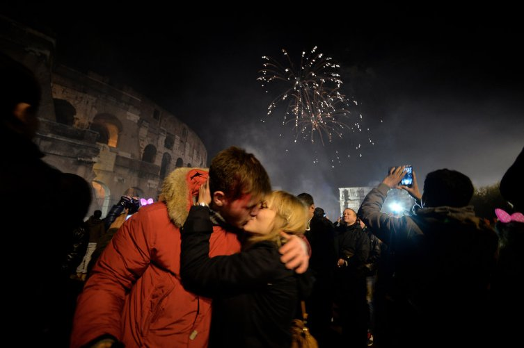 couple-kissed-outside-colosseum-rome-italy