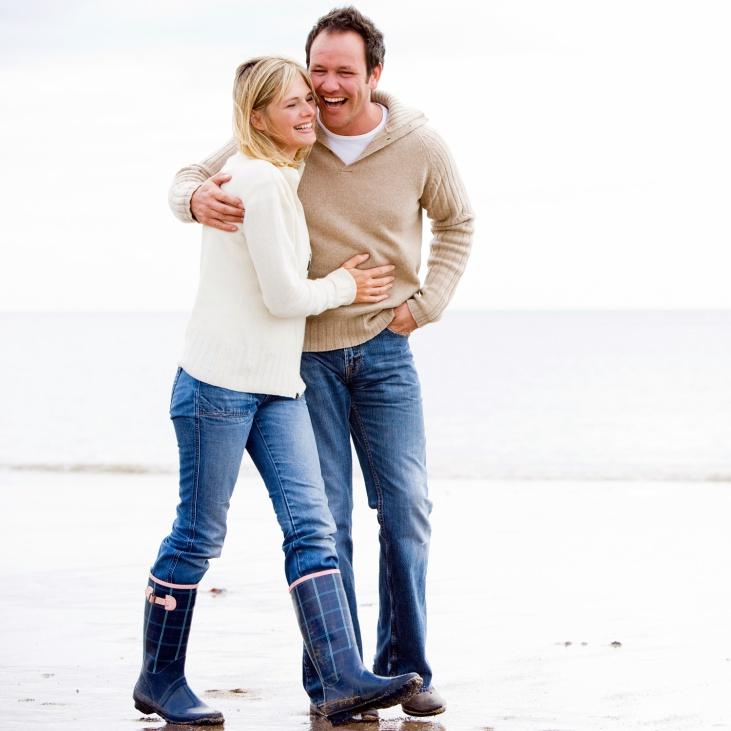 couple-walking-beach