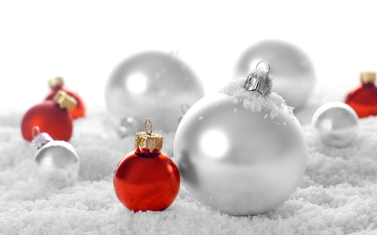 red-and-silver-christmas-bulbs-1680x1050-wide-wallpapers-net